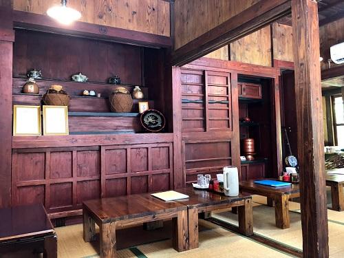 沖縄そば屋宜屋は古民家、室内の仏壇には泡盛が。