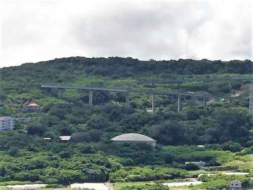沖縄南部ドライブの穴場絶景スポット「知念岬公園」から見たニライカナイ橋