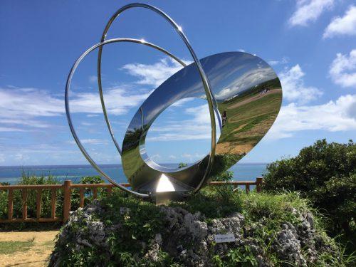 沖縄南部ドライブの穴場スポット「知念岬公園」のモニュメント