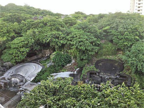沖縄本島から離島をつなぐ泊港を望む泊大橋から見た琉球墓