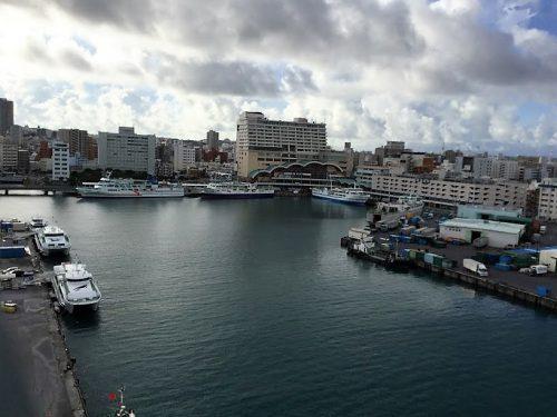 沖縄本島から離島をつなぐ泊港を望む泊大橋を歩いてみた!