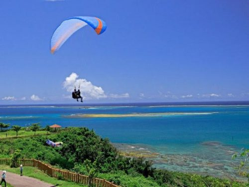 沖縄南部の隠れた絶景スポット「知念岬公園」からパラグライダー