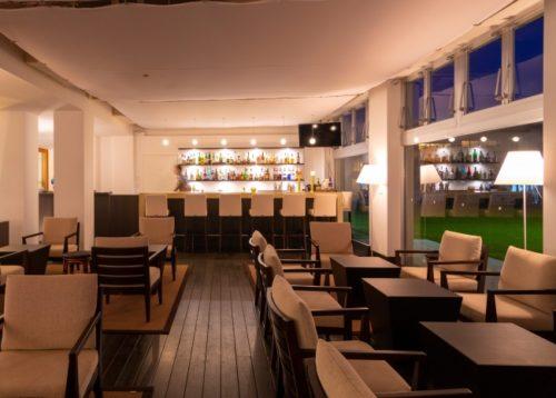 久米島イーフビーチホテルで海の見えるラウンジバースペースに