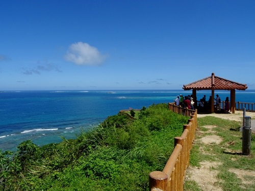 沖縄南部ドライブの穴場絶景スポット「知念岬公園」の東屋