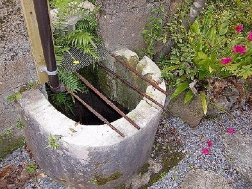 「沖縄そばと茶処  屋宜家」は文化財に指定された琉球建築の古民家の井戸