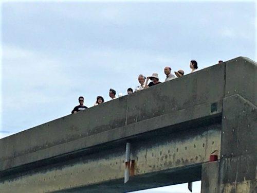 久米島の海に「取っ手」?歩いて渡るシールガチ橋