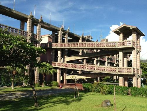 沖縄の個性的でカッコいい巨大な建築物名護市役所