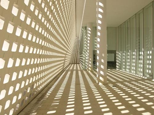 沖縄の個性的でカッコいい巨大な建築物沖縄県立博物館の採光
