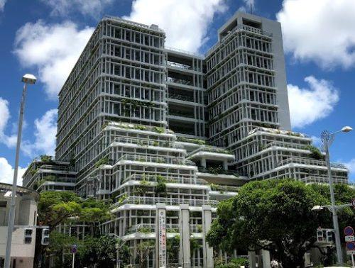 沖縄の個性的でカッコいい巨大な建築物那覇市役所