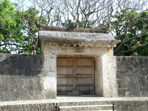世界遺産巡りの1番人気の首里城入口にある園比屋武御嶽石門
