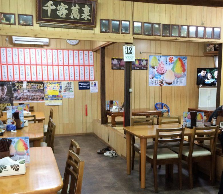 沖縄で味噌汁ならココ!名護のおススメひがし食堂の店内
