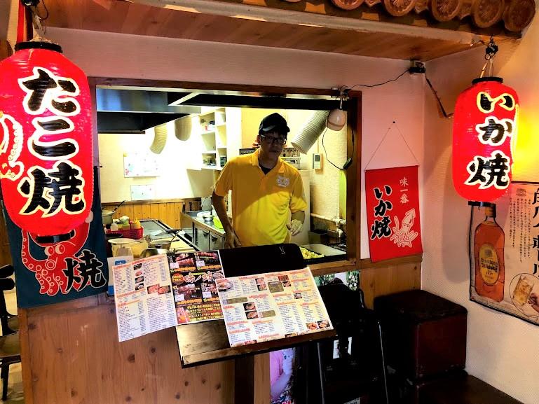 【名護・お好み焼】ひんぷんガジュマルのすぐそば関西風「味ノ坊」たこ焼きを焼く吉見店長