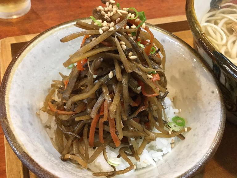 【那覇・沖縄そば】本格的な木灰そばが食べられる「とらや」のきんぴらごぼう乗せごはん