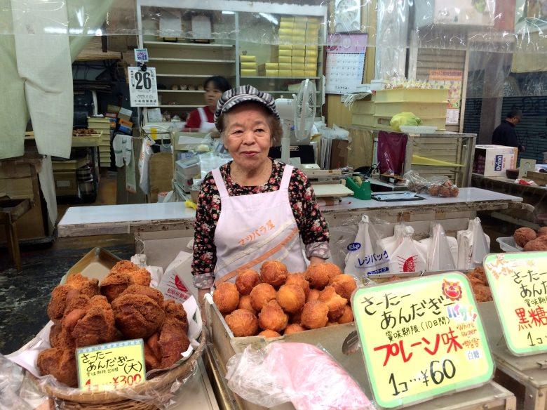 沖縄のおやつ「サーターアンダギー」ビッグサイズをお土産に。