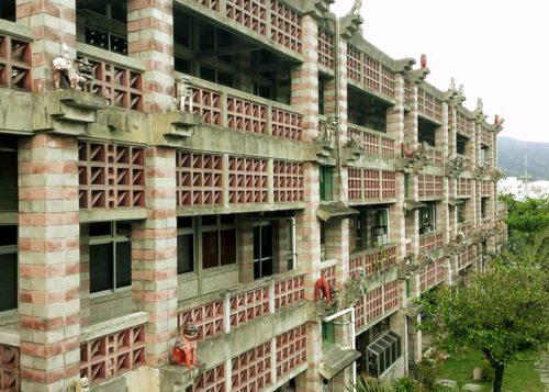 沖縄の名建築「名護市役所」に並ぶシーサーすべて撤去へ