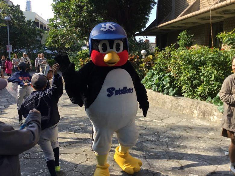 プロ野球沖縄キャンプイン!浦添市のヤクルトキャンプ編つば九郎とハイタッチ