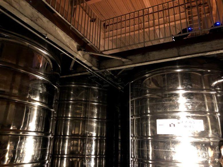 名護ヘリオス酒造で夜の泡盛工場見学、仕込みタンクから音が聞こえる