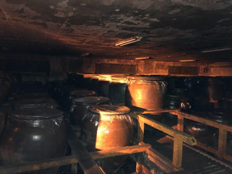 名護ヘリオス酒造で夜の泡盛工場見学。一の蔵の内部です。