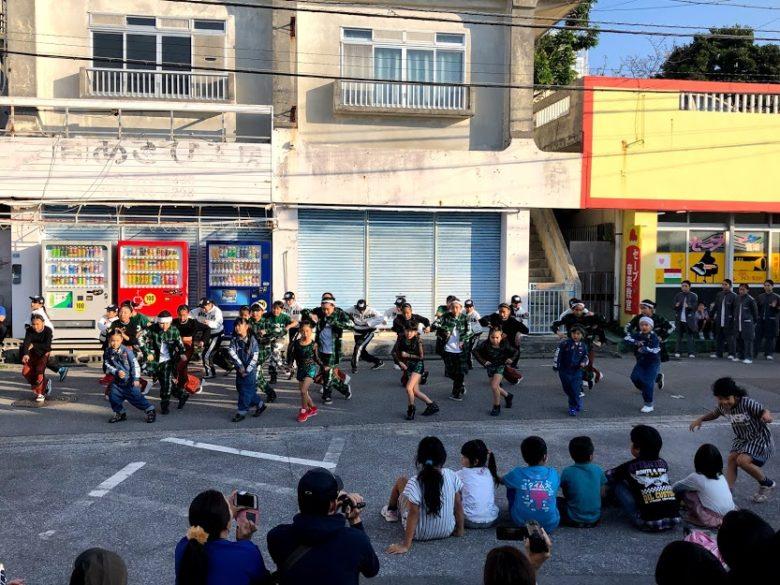 浦添のキャンプキンザー・サンセットウォークで子供達がダンス