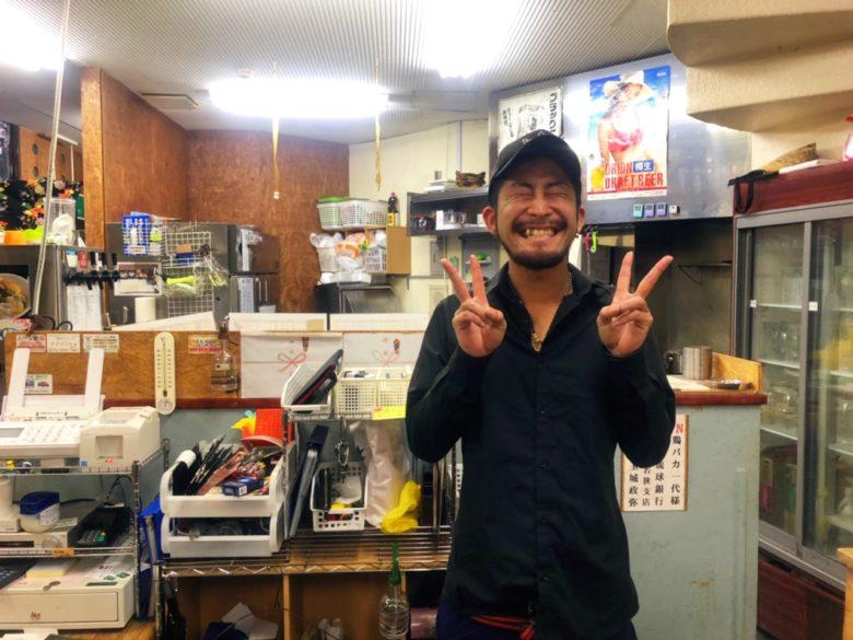 牧志公設市場から1分、おもしろ店長がいる鶏料理専門店「鶏バカ一代」