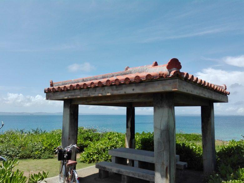 神の島「久高島」をレンタサイクルでロマンスロードの東屋