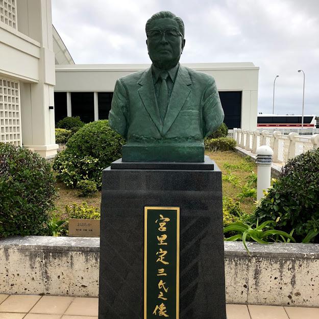 那覇空港JAL側展望デッキに立つ沖縄観光の父