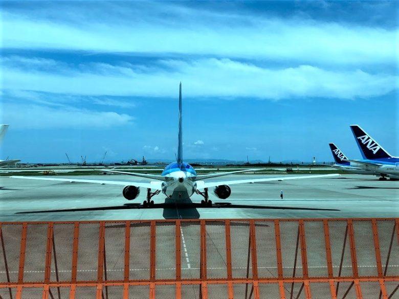 那覇空港出発の際に尾翼動作を確認する