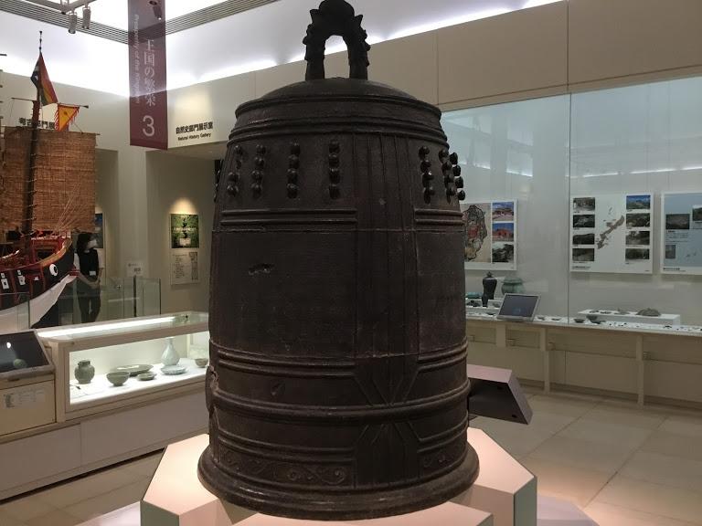 沖縄県立博物館は料金割引き。館内の万国津梁の鐘