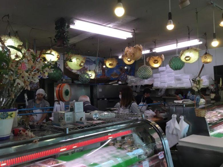 名護市羽地のローカル飲食ロードはハイケイと刺身ハリセンボンが並ぶ