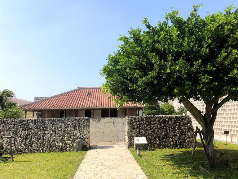 沖縄県立博物館は料金割引き。入口にある古民家