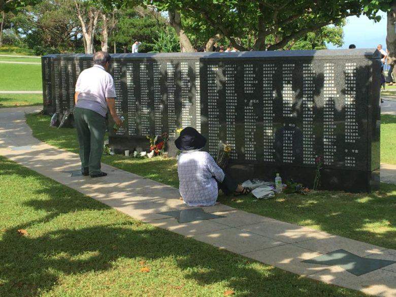沖縄慰霊の日。平和を願い祈る平和の礎