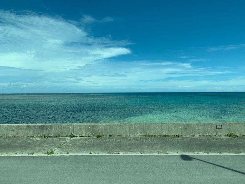 サンエー浦添西海岸パルコシティシャトルバスで到着したすぐ前の海