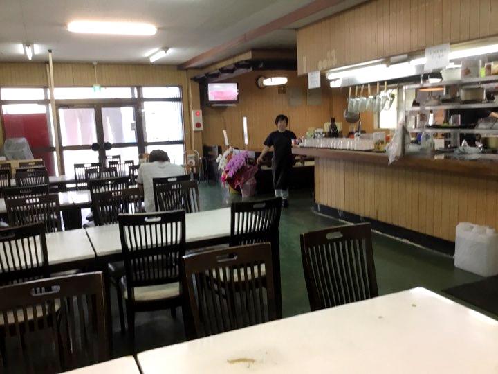 波布食堂跡地に大盛そば「港町通堂製麺所」の店内