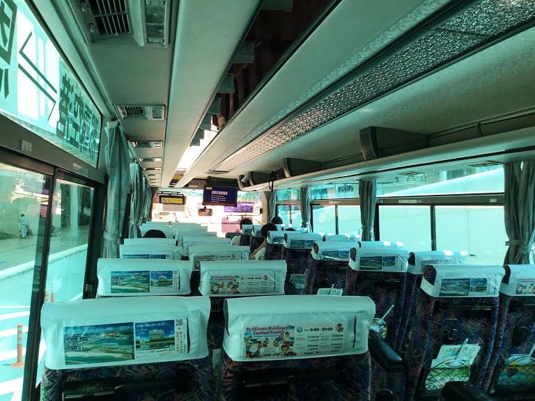 沖縄の移動手段はエアポートシャトルの車内