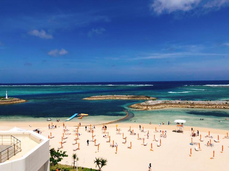 サンマリーナビーチの美しい海が沖縄の移動手段のバスによって得られます。