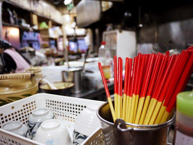 沖縄定番の赤と黄色の箸「うめーし」