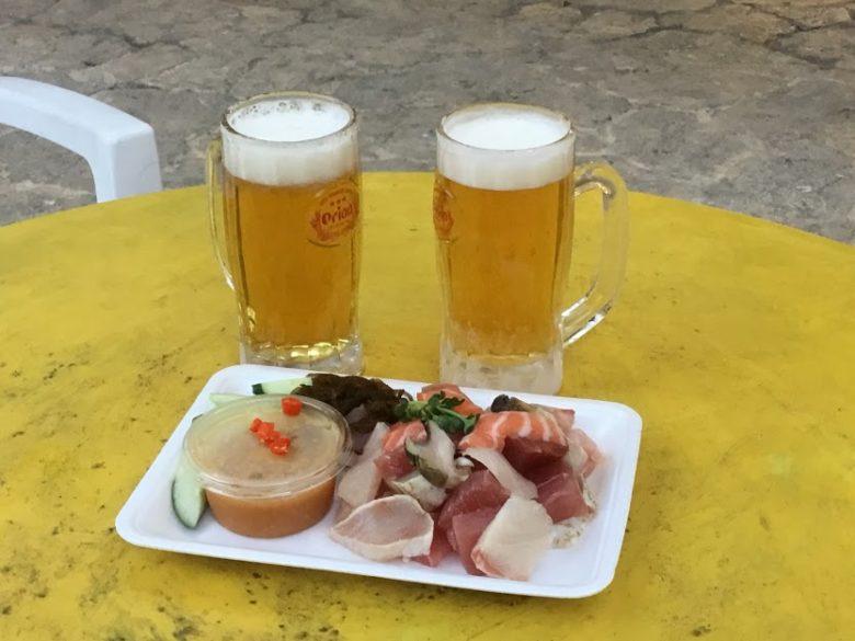 名護市営市場で刺身とビールで乾杯