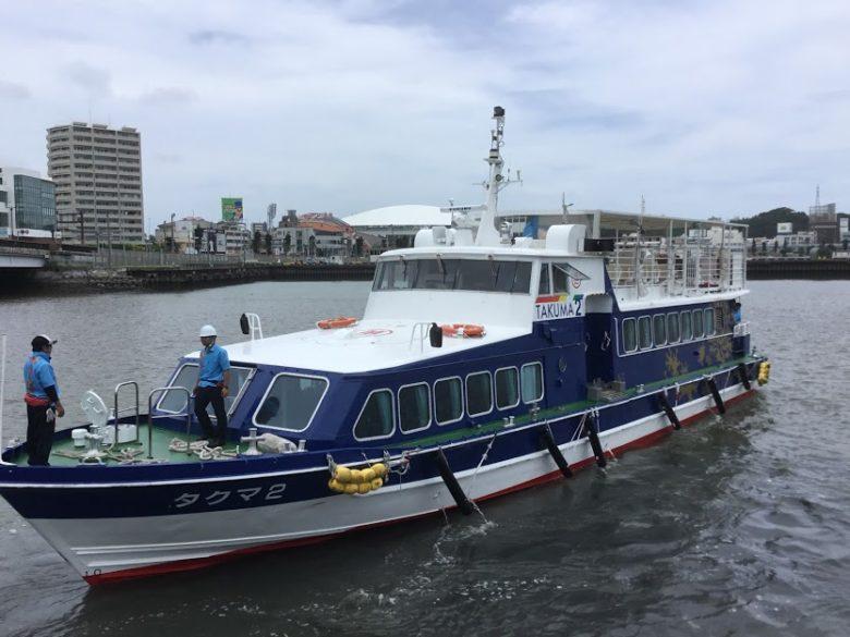 那覇明治橋の袂から出港する高速船