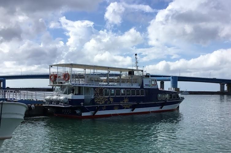 本部・渡久地港に停泊する高速船