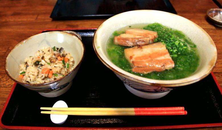 沖縄そば定食には沖縄定番の赤と黄色の箸「うめーし」