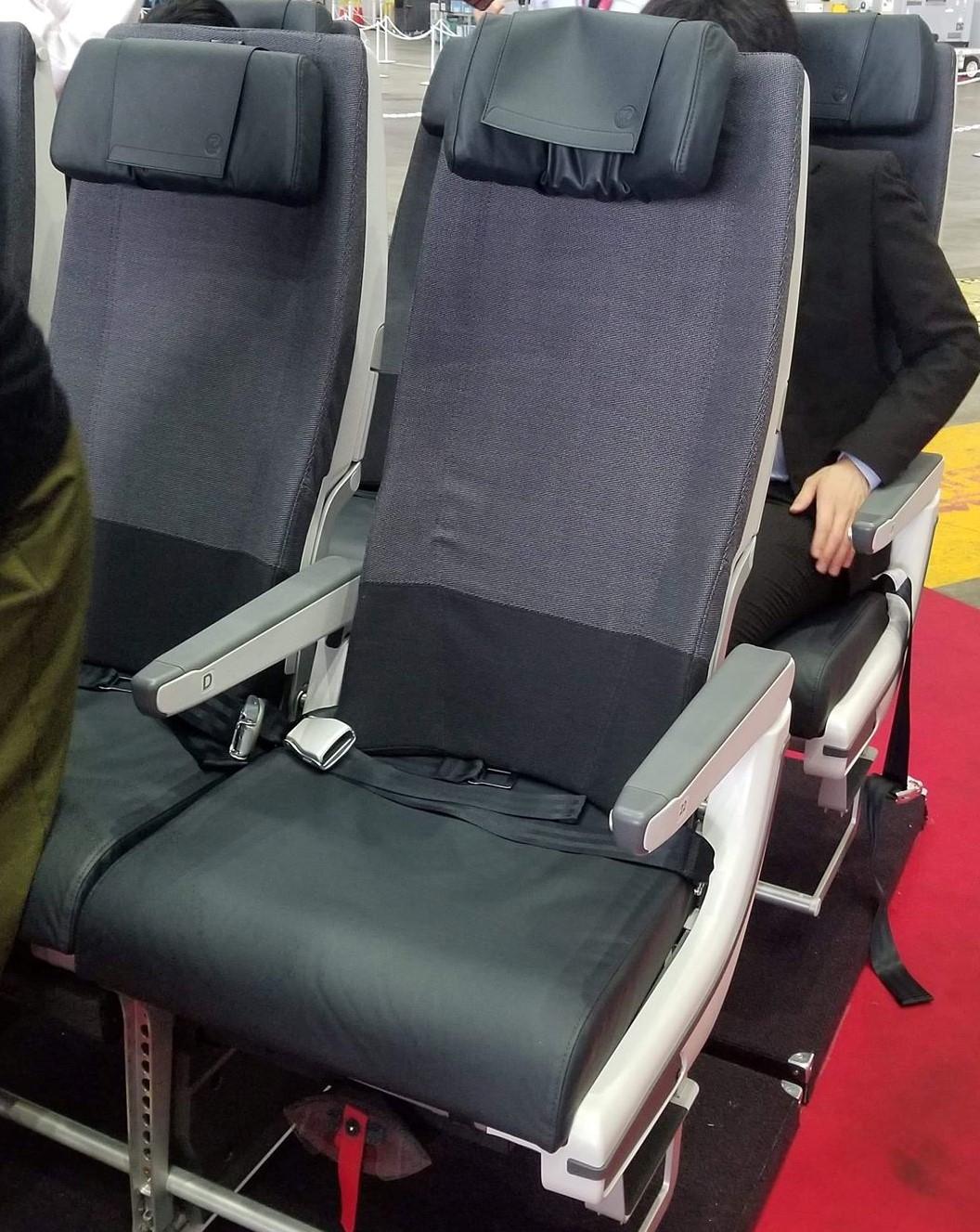 日本航空のエアバスA350-900の座席にヘッドレストがついた
