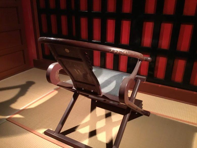 首里城正殿の琉球王が座る椅子。無料ガイドツアーで見ることができる