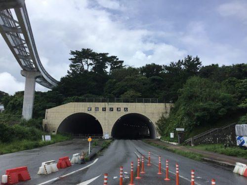組踊300年、創始者の玉城朝薫の墓を避けてゆいレール(経塚駅)が走る!