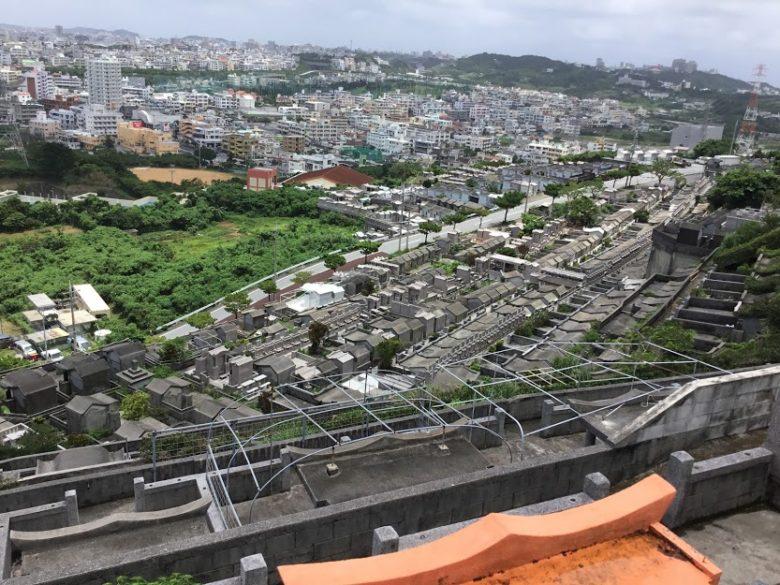 ハクソー・リッジの舞台(前田高地・浦添城)から見る傾斜に墓所