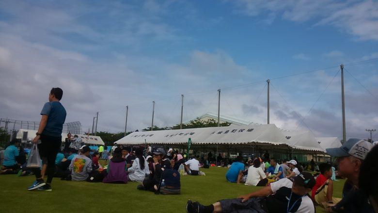 久米島マラソンの後芝生の上で昼食時間