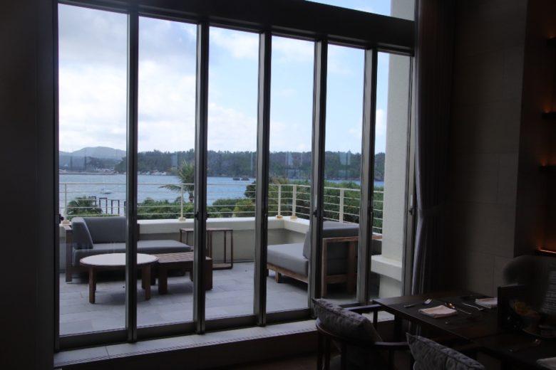 ANAインターコンチネンタル万座ビーチリゾートの部屋から見るテラス席