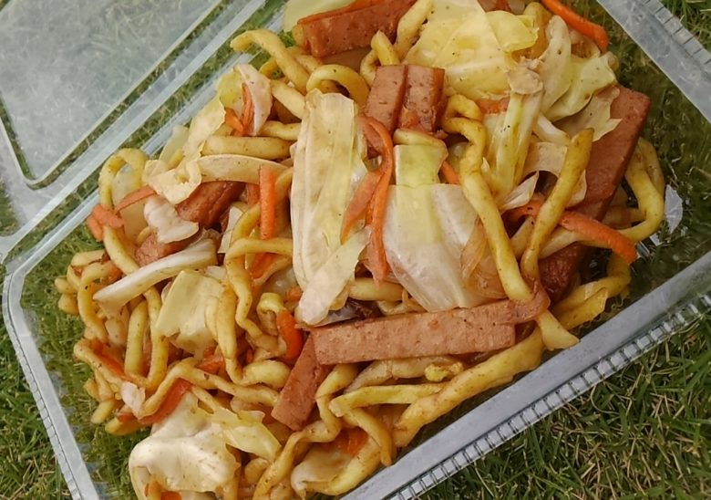 久米島マラソンで昼食は沖縄そばの焼きそば