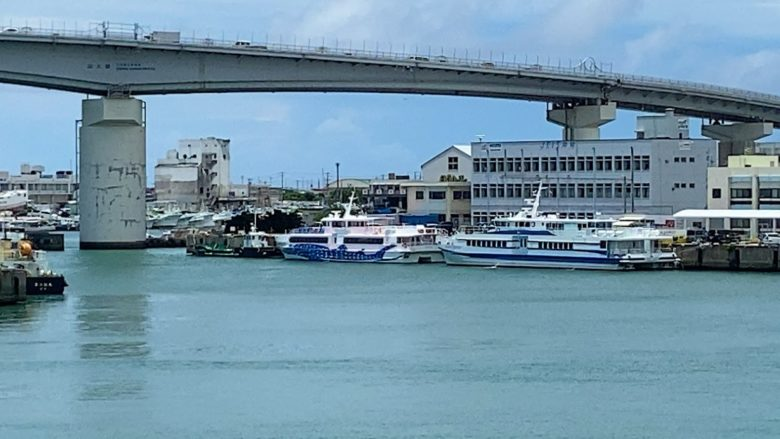 那覇泊港からでる高速船