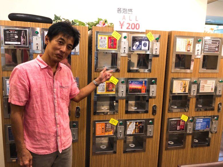 牧志公設市場近くの泡盛自動販売機があるお店のオーナー