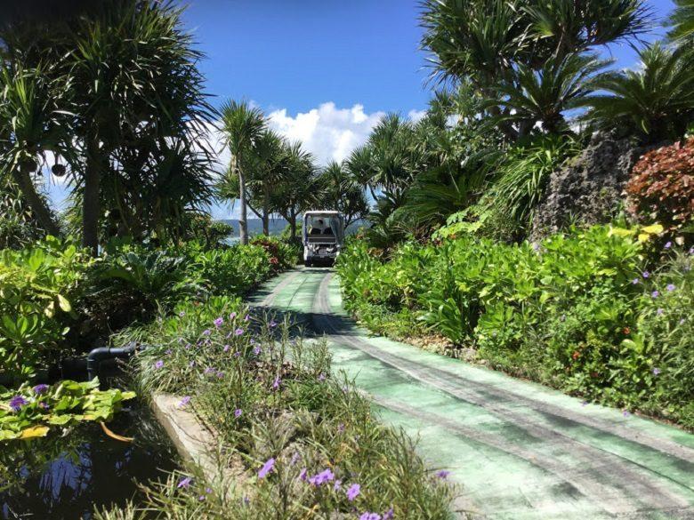 古宇利島オーシャンタワーはカートで走る。